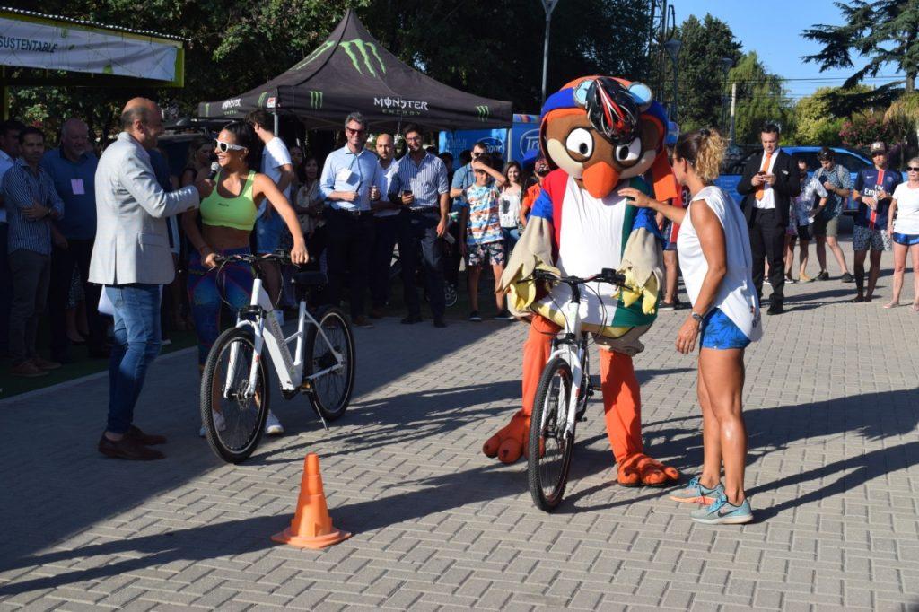 En este marco, los asistentes tuvieron la posibilidad de interactuar con Howie, la mascota del hotel, que fue quien dio inicio a los test-ride de las bicicletas eléctricas.
